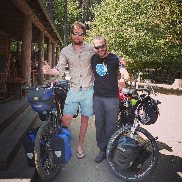 Con James, otro cicloturista que viaja hacia la Patagonia